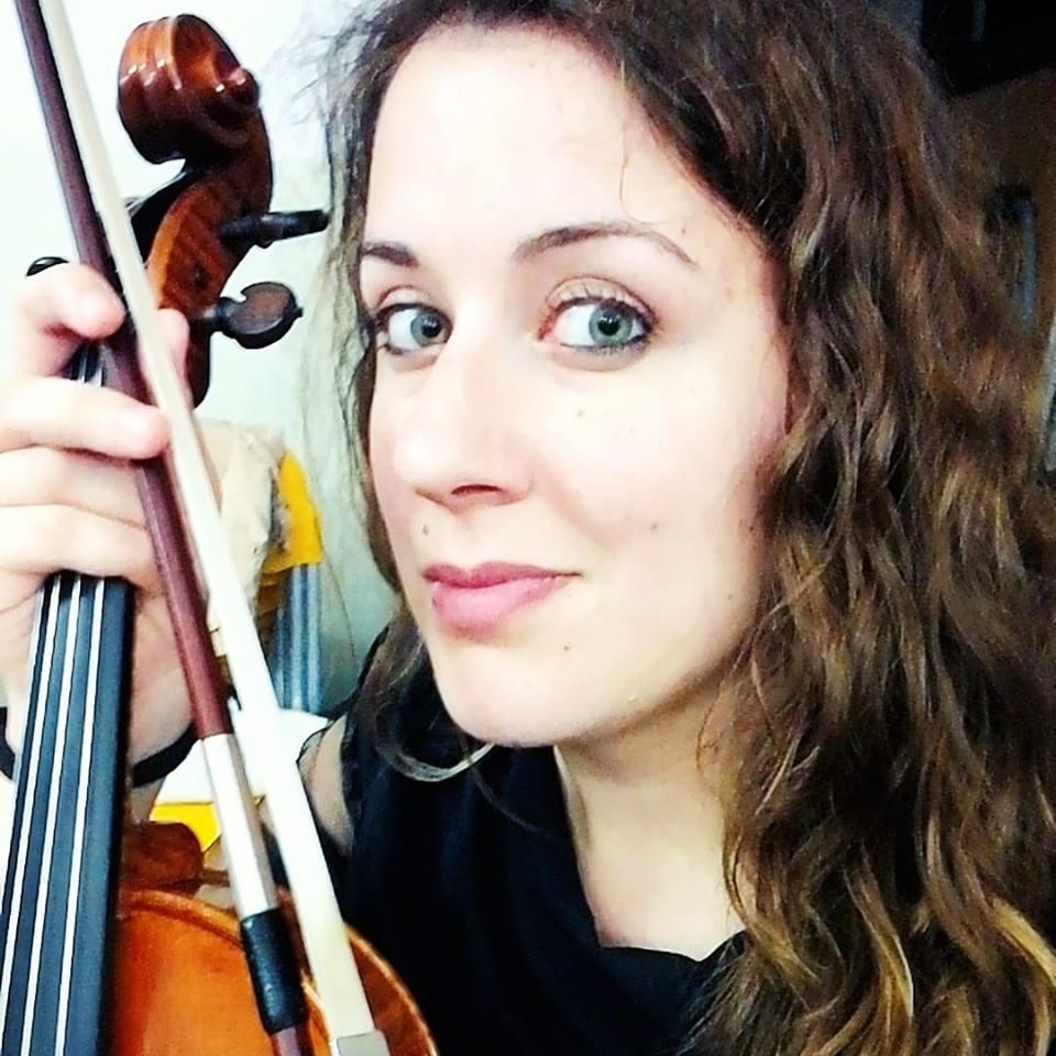 La viola di Laura Alessandro nell'orchestra di Sanremo Young